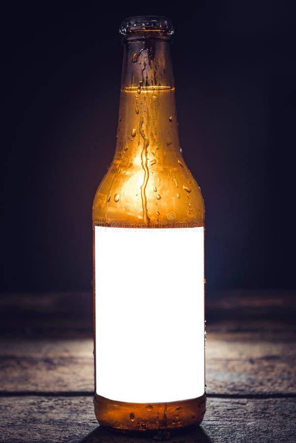 Fles bier met leeg etiket stock fotografie