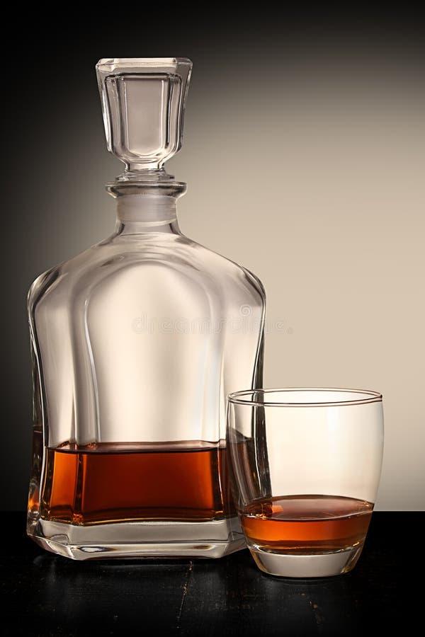 Fles brandewijn met glas stock afbeeldingen