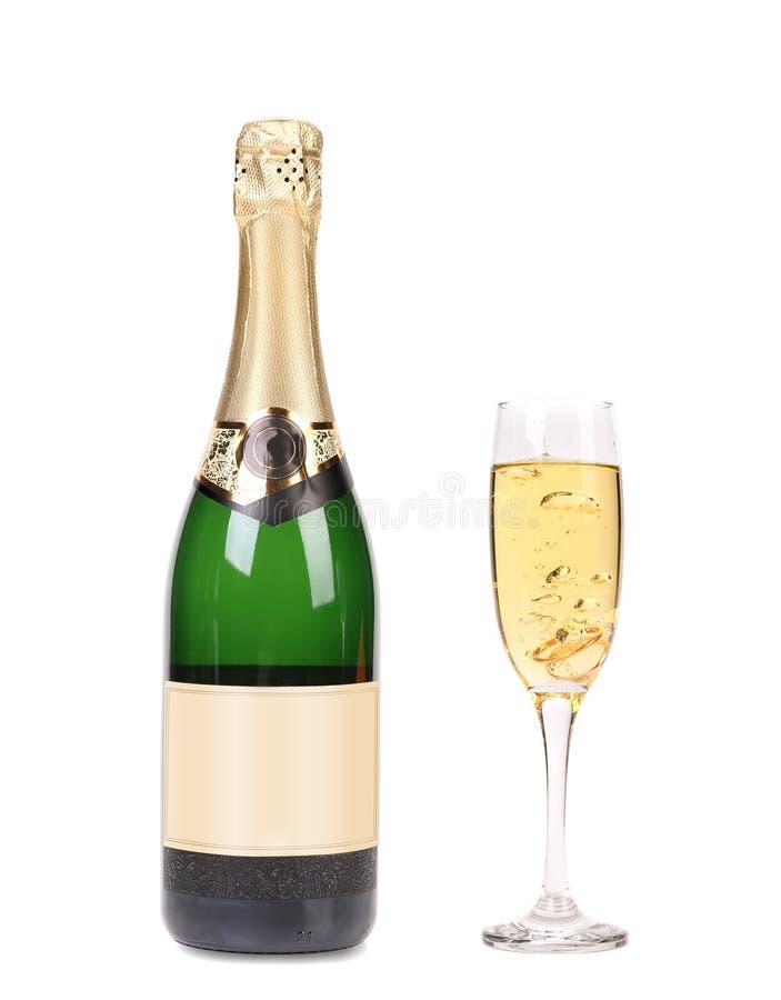 Fles champagne en volledig glas. stock foto