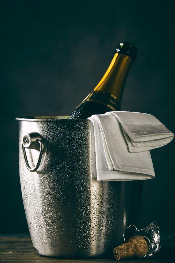 Fles champagne het koelen in emmer royalty-vrije stock fotografie