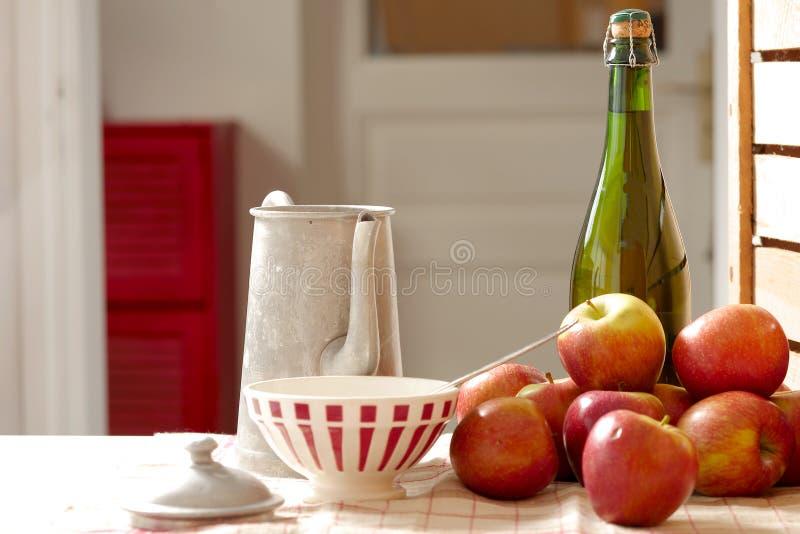 Fles cider met verse appelen royalty-vrije stock afbeelding