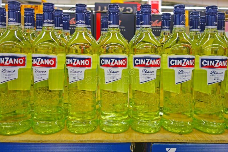Fles Cinzano in de supermarkt royalty-vrije stock foto's