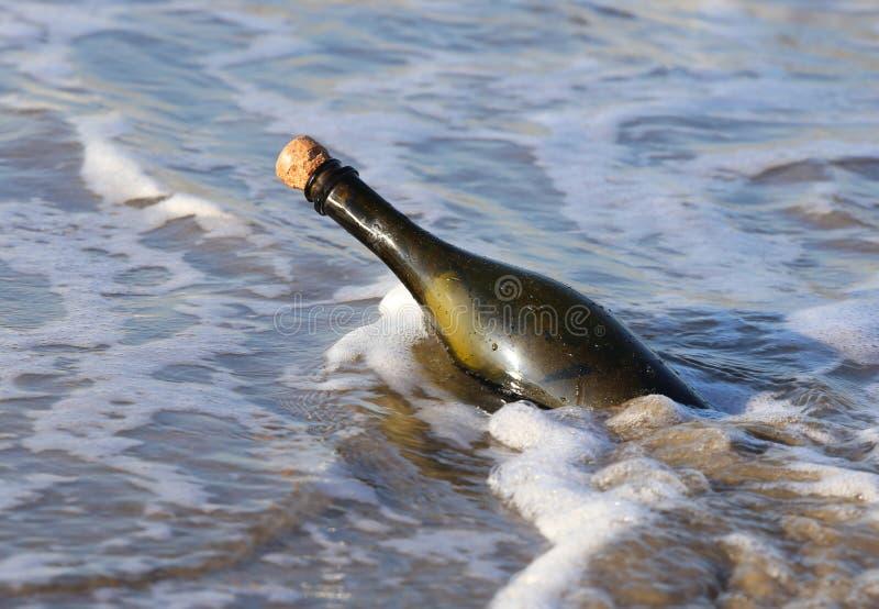 fles in de oceaan met een geheim bericht stock foto's