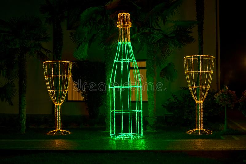 Fles en een glas als decoratie in het Park stock foto