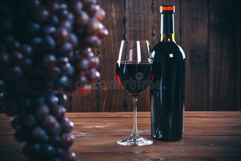 Fles en glas rode wijn royalty-vrije stock afbeelding