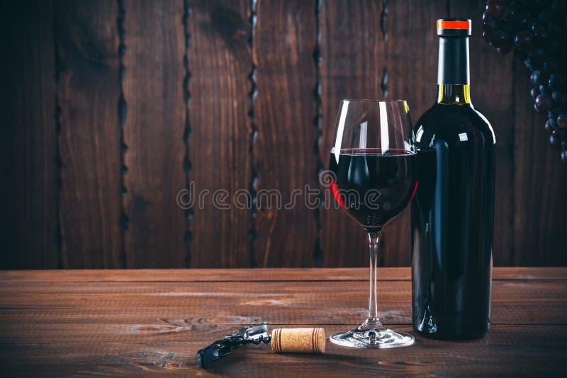 Fles en glas rode wijn, druif en cork royalty-vrije stock afbeelding