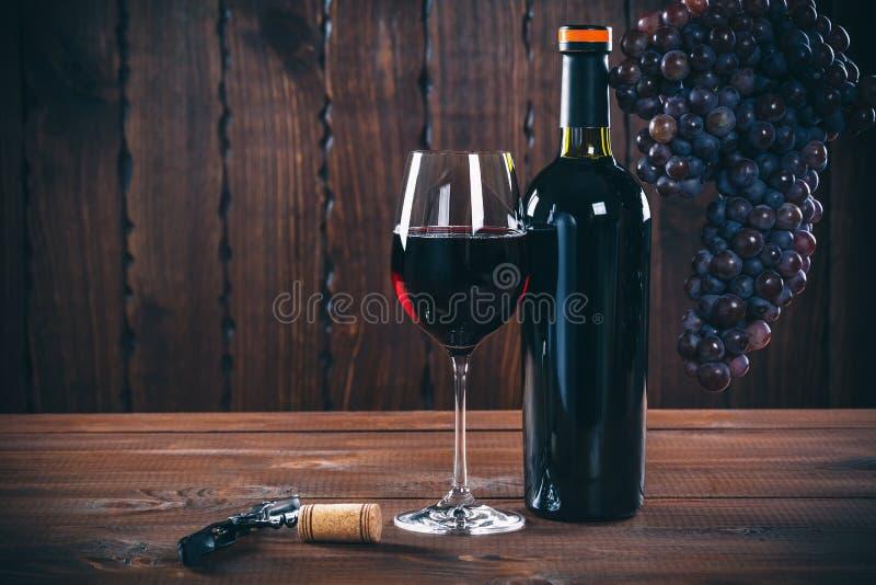 Fles en glas rode wijn, druif en cork stock foto's