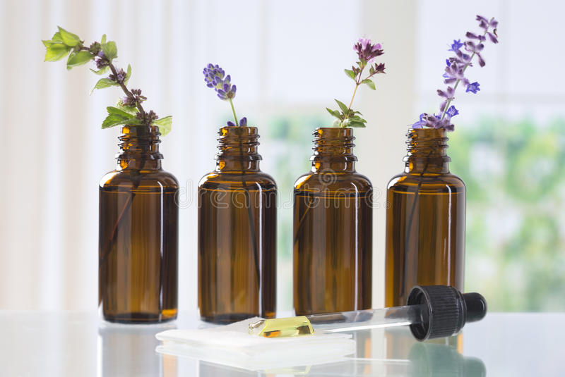 Fles essentiële olie stock afbeelding