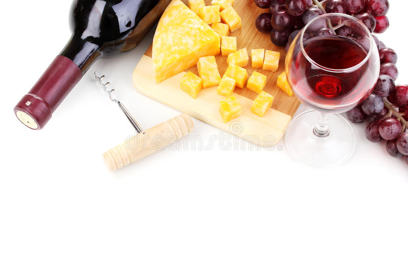 Fles grote wijn met wijnglas en kaas stock afbeeldingen