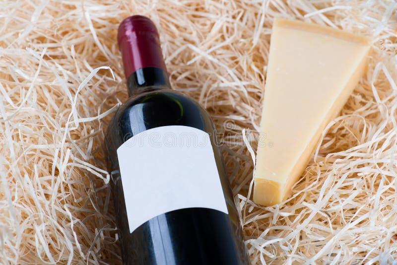 Fles grote wijn met wijnglas en kaas royalty-vrije stock fotografie