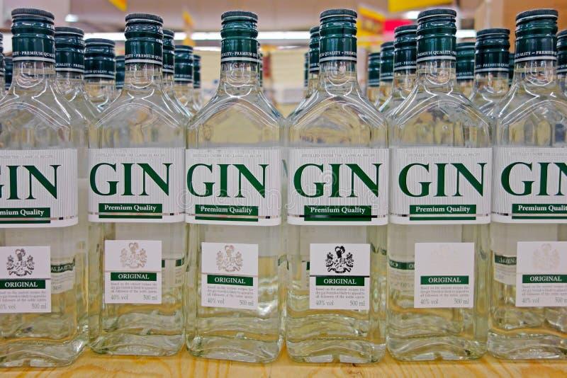 Fles jenever in de supermarkt royalty-vrije stock fotografie