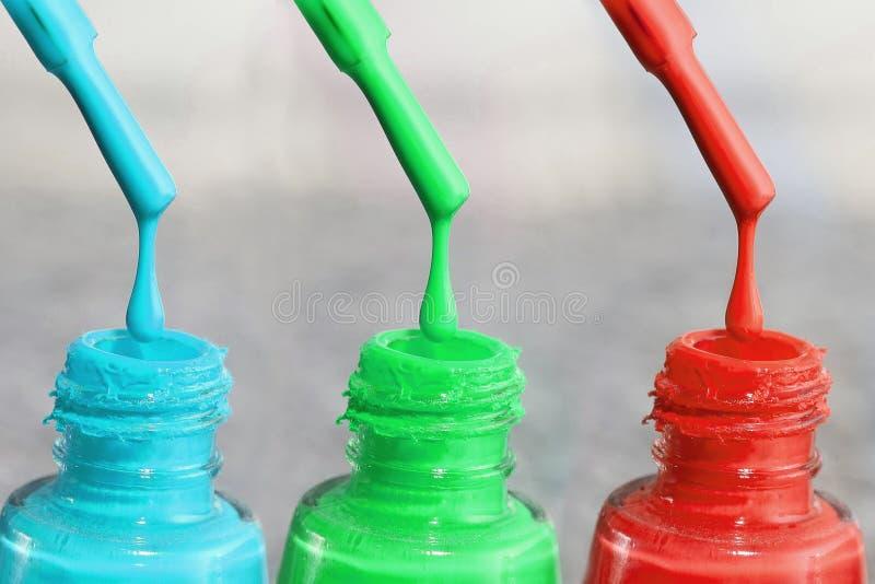 Fles lak voor de vingernagels Vrouwen` s acrylverf, gelverf voor spijkers Lak gemengde kleuren voor vingernagels zorg stock foto