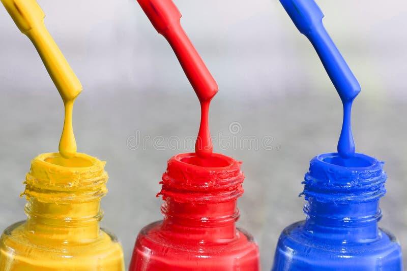Fles lak voor de vingernagels Vrouwen` s acrylverf, gelverf voor spijkers Lak gemengde kleuren voor vingernagels Zorg voor wome stock afbeelding