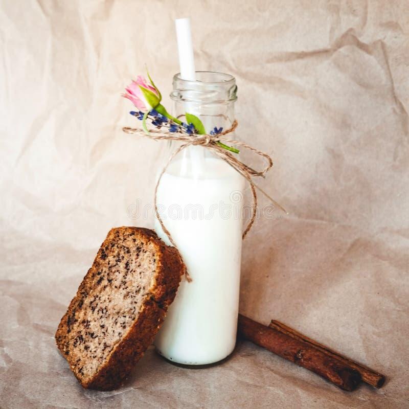 Fles melk en gesneden brood stock fotografie