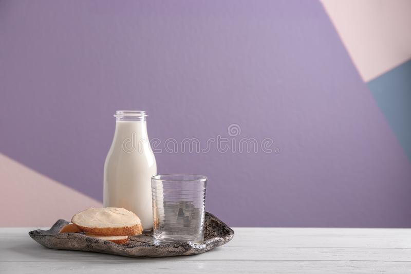 Fles melk en gesneden brood met boter royalty-vrije stock fotografie