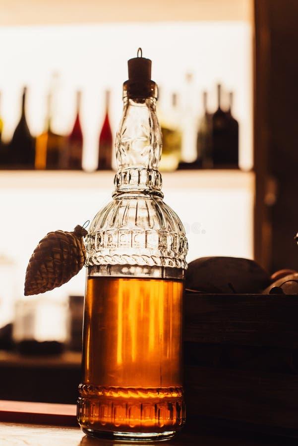 Fles met alcohol op de teller in het licht van de bar royalty-vrije stock foto's