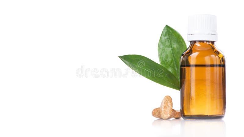 Fles met vloeibare geïsoleerde geneeskunde, pillen en groen blad royalty-vrije stock afbeelding
