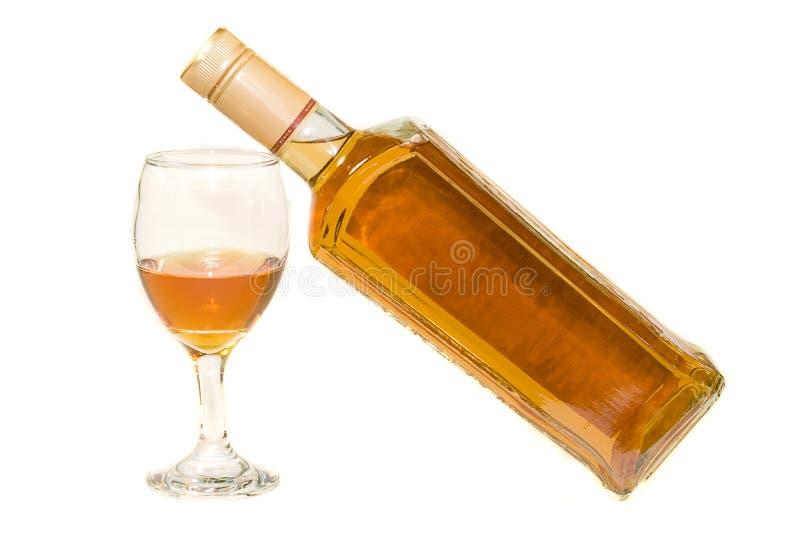 Fles met whisky en glas stock afbeelding