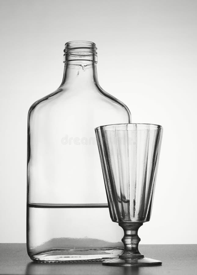 Fles met wodka en drank-glas royalty-vrije stock afbeelding