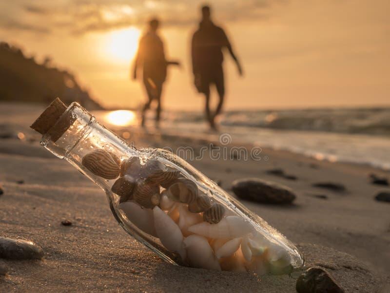 Fles met zeeschelpen stock afbeelding