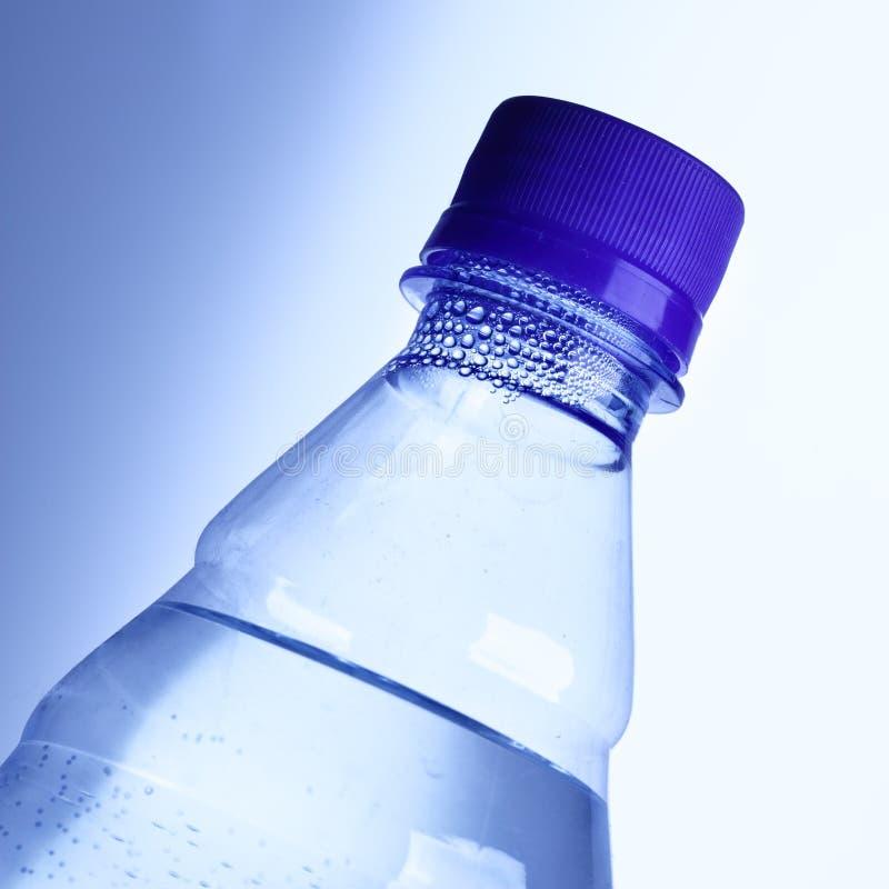 Fles met zuiver water stock afbeelding