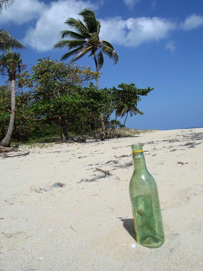 Fles op een strand stock afbeelding