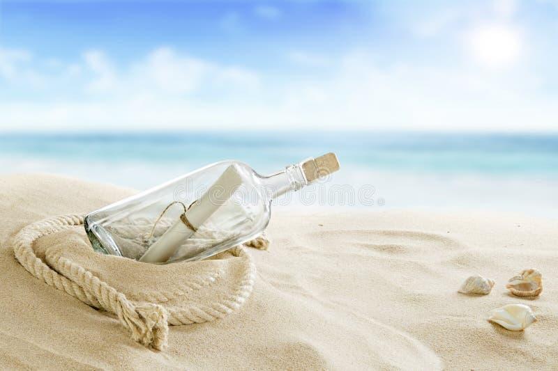 Fles op het strand royalty-vrije stock afbeelding