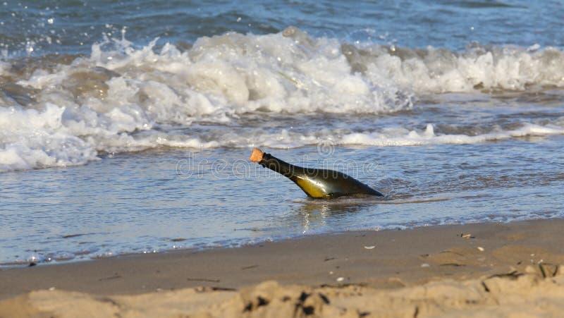 fles op het strand met een geheim bericht royalty-vrije stock afbeeldingen