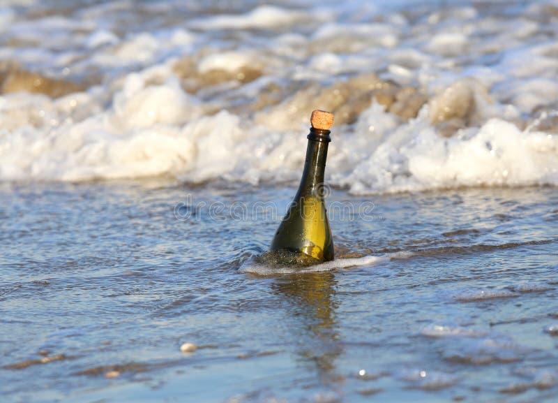 fles op het strand met een geheim bericht royalty-vrije stock foto's
