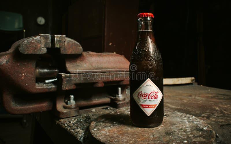 Fles retro coca-cola op de bank Timisoara Roemenië elfde JULI 2019 royalty-vrije stock afbeeldingen