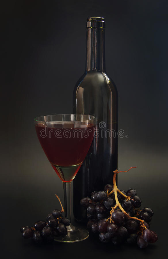 Fles rode wijn en wijnglas royalty-vrije stock afbeeldingen