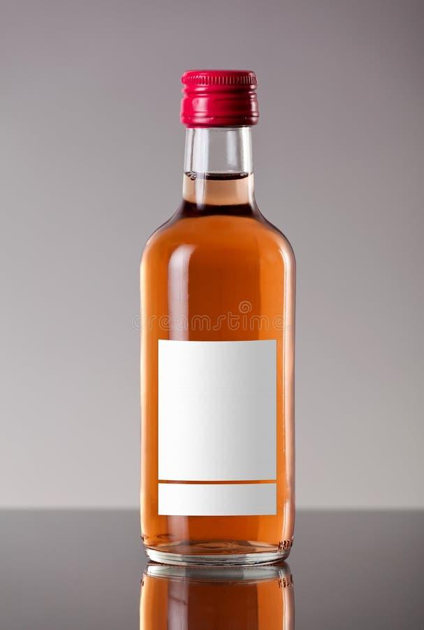 Fles roze wijn stock foto's