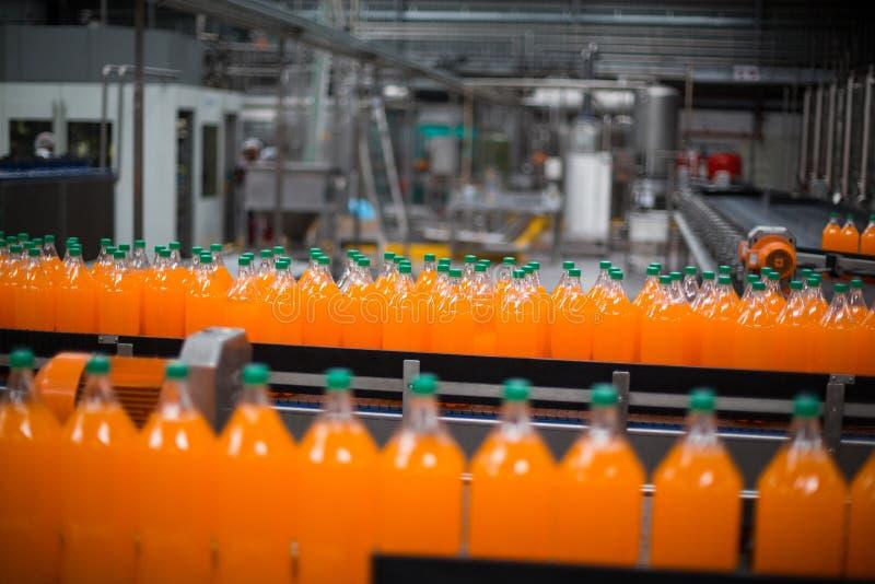 Fles sapverwerking op productielijn stock afbeelding