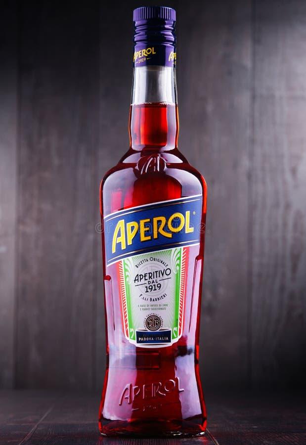 Fles van Aperol, een Italiaans die aperitief door Campari wordt geproduceerd stock foto's