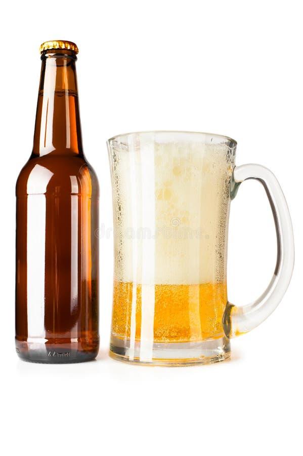 Fles van bier en mok royalty-vrije stock afbeeldingen