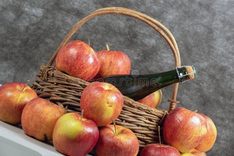 Fles van cider en mooie organische appelen stock fotografie