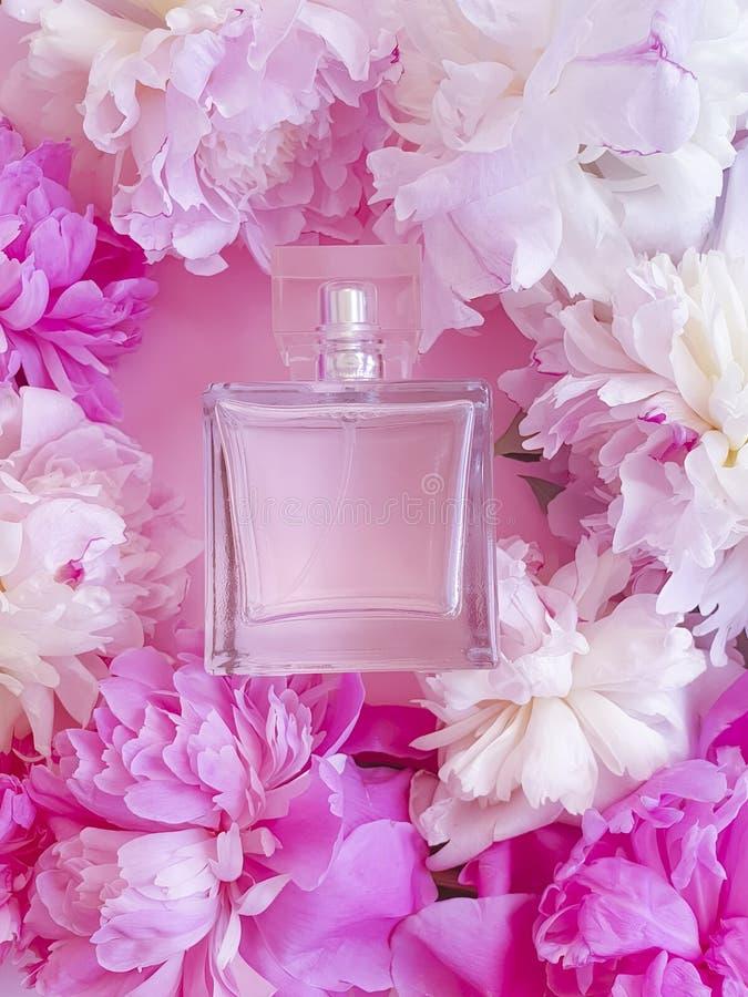 Fles van de de pioenmanier van de parfumbloem de samenstelling van de het productelegantie stock fotografie
