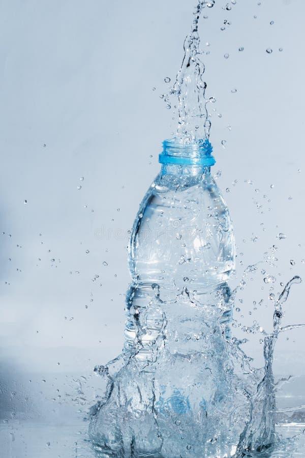 Fles van drinkwaterplons stock afbeelding