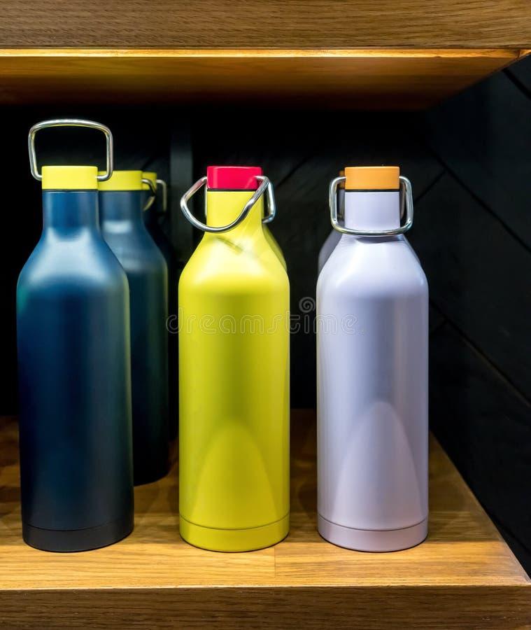 Fles van het roestvrij staal de vacuümwater met draai van deksel voor koude stock afbeeldingen