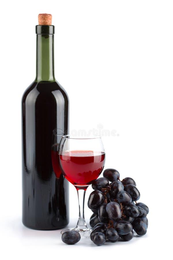 Fles van rode geïsoleerdee wijn, glas en druiven royalty-vrije stock fotografie
