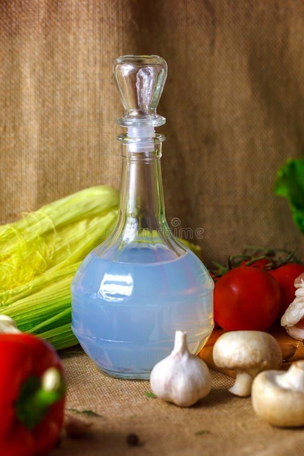 Fles van wodka en groenten als snack stock fotografie