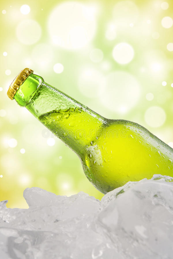 Fles vers lagerbier op het koude ijsblokje royalty-vrije stock afbeelding