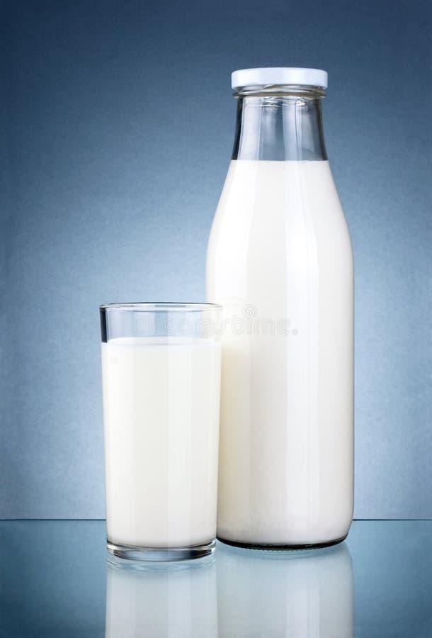 Fles verse melk en een glas   royalty-vrije stock foto's