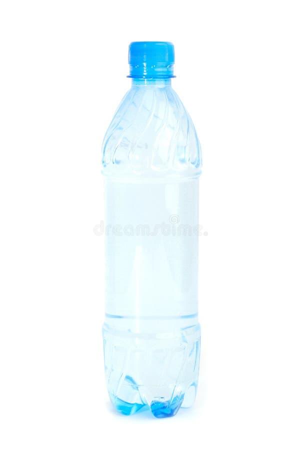 Fles water op witte achtergrond wordt geïsoleerd die