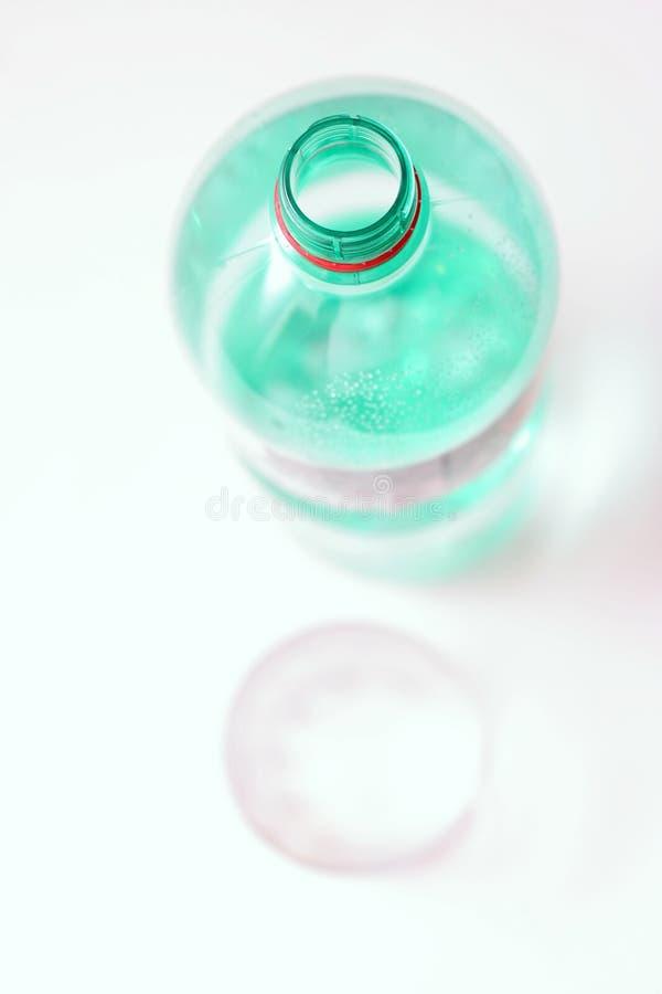 Fles water en glas stock foto