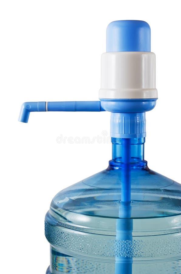 Fles water met waterpomp stock afbeeldingen