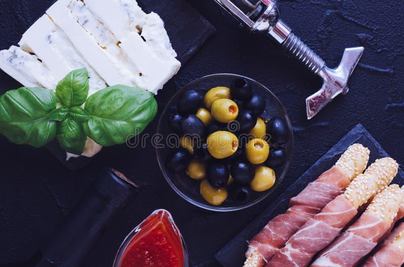 Fles wijn met antipasti royalty-vrije stock foto