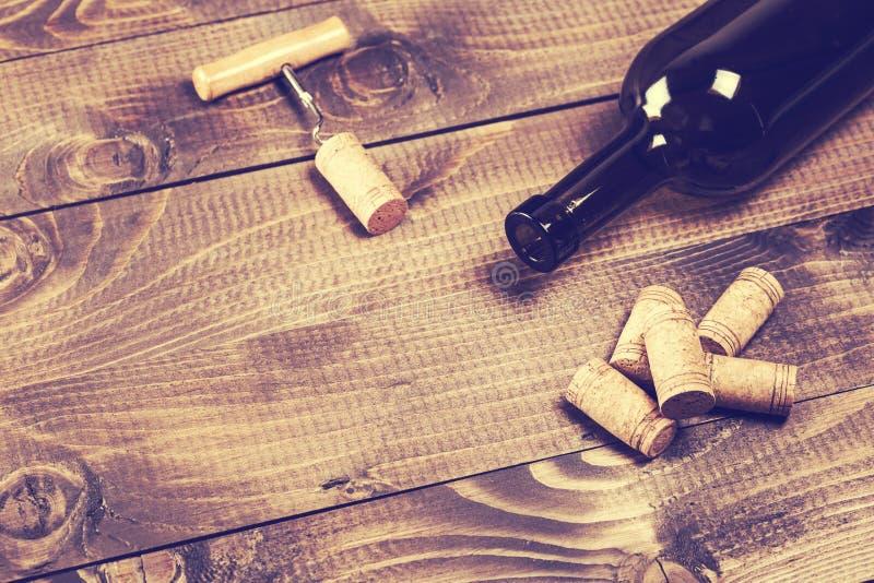 Fles wijn met kurketrekker royalty-vrije stock afbeeldingen