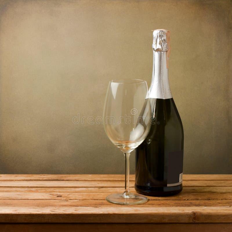 Fles wijn met leeg glas stock afbeelding