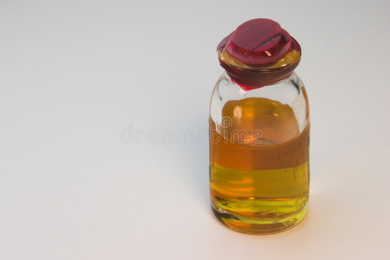 Flesje met Oranje Vloeistof royalty-vrije stock afbeelding